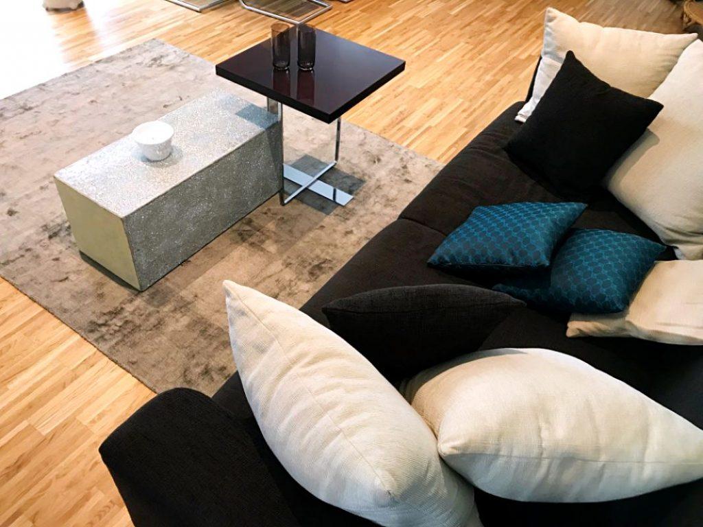 Beistelltische und Sofa Porada